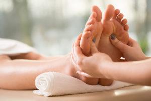 Masáže nohou, tlakové body a meridiány. Masáž nohou zbaví napětí, stresu a podporuje činnost lymfatického systému